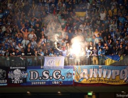 epa04771397 Dnipro fans light flares during the UEFA Europa League final between FC Dnipro Dnipropetrovsk and Sevilla FC at the National Stadium in Warsaw, Poland, 27 May 2015. Sevilla won 3-2.  EPA/LESZEK SZYMANSKI