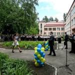 Последний звонок: сине-желтые ленты, кокошники и флаг СССР
