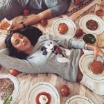Новый тренд Инстаграма: красивые девушки едят фаст-фуд