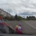 Водитель сбил мужчину с тремя детьми (Видео 18+)