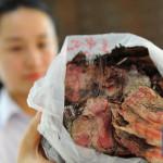 Женщина в Китае закопала в землю 100 000 юаней, и они полностью сгнили