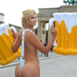 В Берлине голая модель устроила эротическое шоу  с бубликом и колбасой