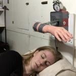 Шведский блогер создала будильник, который пробуждает владельца пощечинами
