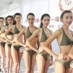 Китайские студентки дефилировали в купальнике ради работы