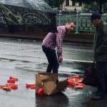 Мужчина рассыпал фаллоимитаторы и устроил пробку в центре Москвы
