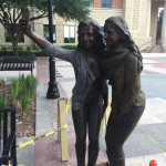 В США установили памятник селфи