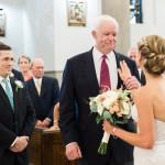 Невесту на свадьбе провел к алтарю мужчина, получивший сердце ее покойного отца