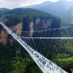Самый длинный стеклянный мост закрыли на ремонт через две недели после открытия