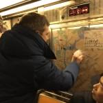 Пассажиры в Нью-Йорке общими усилиями очистили вагон от антисемитских надписей
