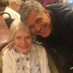 Джордж Клуни поздравил свою 87-летнюю поклонницу и подарил ей цветы