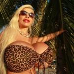 Стюардесса из Германии увеличила грудь до 18 размера и изменила цвет кожи (ФОТО, ВИДЕО)