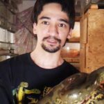 Блогер погиб после укуса черной мамбы, которую сам на себя натравил