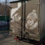 «Это не грязь, это искусство»: уличный художник рисует на грязных машинах
