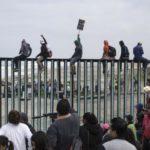 «Караван мигрантов» прорвался к границе с Мексикой и там нарвался на полицию