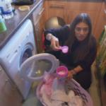 Девушку из богатой семьи попросили постирать вещи, и её реакцию стоит увидеть