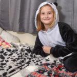 Из-за редкого заболевания девочка может ходить в школу только в пижаме