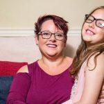Маму, которая 9 лет продолжает грудное вскармливание дочери, чуть не лишили материнских прав