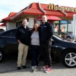 Бизнесмен подарил машину работнице «Макдоналдса», которая всегда была с ним приветлива