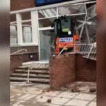 Британский рабочий разрушил экскаватором лобби нового отеля, потому что ему не дали зарплату