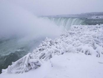 Фантастика: Ниагарский водопад вновь замёрз из-за холодов (фото, видео)