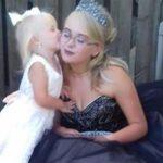 Школьница, которая забеременела в 13, взяла на выпускной двухлетнюю дочь в ответ на буллинг