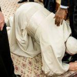 Папа Римский поцеловал ноги лидерам Южного Судана, умоляя сохранить мир в стране