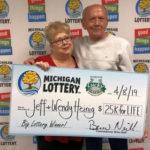 Американец достал из мусора лотерейный билет и разбогател