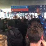 Сотни мигрантов захватили один из терминалов аэропорта Шарля-де-Голля (видео)