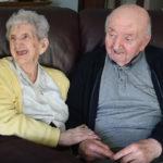 98-летняя мама переехала в дом престарелых, чтобы ухаживать за 80-летним сыном