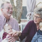 Почему медики рекомендуют родителям не оставлять малышей наедине с бабушками и дедушками