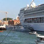 Круизный лайнер врезался в причал и туристический катер (видео)