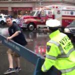 В Нью-Йорке вертолет врезался в здание (видео)