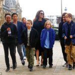 Анджелина Джоли одевает детей в секонд-хэнде и кормит их фаст-фудом