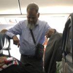 Муж 6 часов летел в самолете стоя, чтобы его жена могла спокойно поспать. Соцсети возмущены!
