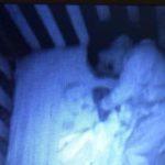 Мать увидела призрачное лицо в кроватке сына, но разгадка оказалась забавной