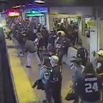 В Калифорнии работник метро в последний момент вытащил парня из-под колес поезда (видео)
