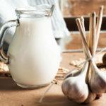 Что такое чесночное молоко и почему его рекомендуют обязательно ввести в рацион