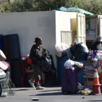 Бездомный в Лос-Анджелесе вылил прохожей на голову ведро фекалий