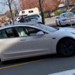 Роботы тоже нарушают: в Канаде Tesla без водителя ехала по встречной полосе (видео)