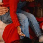 Американская журналистка объяснила, почему не разрешает дочери садиться к Санте на колени