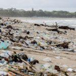 Самый популярный пляж Бали после шторма превратился в свалку